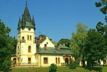 Olszanica - Pałac Biesa / Pałac Biesa w Olszanicy. W zasadzie szlachecki dwór obronny przebudowany na pałac. Jego obecny kształt nadano w XX wieku, chociaż historia jego sięga do XVI wieku. Na elewacji budynku widnieje herb Szreniawa. Obecnie jest to ośrodek wypoczynkowy.