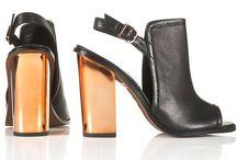 Höstmode 2014 på Tradera / Hitta höstens mode- och inredningstrender på Tradera. I höst (AW14) är det detta som trendar: metallic (guld, silver, koppar), brunt, vida byxor, kostym, accentfärg röd och creme, monokromt (samma färg från topp till tå), ljusare färger och skräddat.