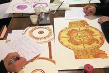 ART THERAPIE MANDALA / Mes ateliers Mandala  invitent à un voyage intérieur. C'est une (re)découverte de Soi, un chemin vers notre centre pour nous comprendre et nous relier. Formidable outil de connaissance, de recherche, de guérison et d'évasion, il permet l'exploration de notre Etre profond. Un profond sentiment de paix conclut ce voyage vers soi. http://annickaugierart.com/le_chemin_mandala.html