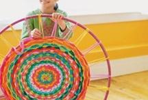 Romeins Weven Atelier schooljaar 2015/ 2016 / Verschillende weeftechnieken aanleren, fotograferen en tentoonstellen. Vierkant en rond weefraam. En bandweven met kraaltjes. Maken van kleedjes en sieraden