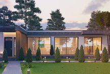 Дом в Подмосковье / Одноэтажный дом общей площадью 365 м2 имеет свободную планировку и множество панорамного остекления, что придает архитектуре легкость и изящество в купе с большим пространством участка.