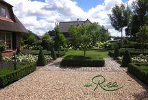 Landelijke tuin / Tuin bij een woning in het landelijke gebied. Formeel vormgegeven voortuin loopt over in de landelijke omgeving.