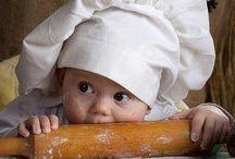 Bebeluși si jucarii din lemn.