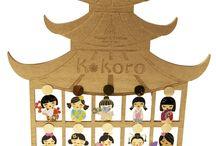 K.koro collection by Nuage d'Etoiles bijoux / K.koro Dolls collection by Nuage d'Etoiles, novità assoluta della primavera/estate 2017 presentata in anteprima a Homi Milano, è una collezione di figure femminile ispirate alle bambole Kokeshi, simboli della buona fortuna giapponesi. Ogni doll possiede un nome proprio, corrispondente ad una qualità dell'anima. Ogni k.koro doll esiste nella versione collana con orecchino coordinato, racchiuse in un delizioso espositore in legno naturale. I gioielli sono finemente decorati handmade con smalti