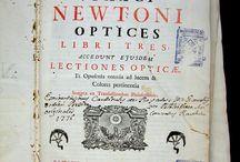 Isaaci Newtoni Optices libri tres ; Accedunt ejusdem Lectiones opticae, et Opuscula omnia ... / Edició de 1749 en Pàdua de l'obra Opticks –publicada originàriament el 1704- de Sir Isaac Newton. L'obra exposa la teoria corpuscular de la llum de Newton i ha estat considerada una gran síntesi sobre temes òptics on Newton resumeix i completa treballs anteriors. La present edició destaca especialment per oferir més d'un centenar de gravats que acompanyen el text principal, disposats en fulls de làmines plegats. L'exemplar procedeix del Convent de Santa Caterina, de Barcelona.