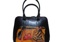 Ručne maľované kožené výrobky / Luxusné a originálne ručne maľované kožené výrobky pre dámy a ženy z pravej talianskej kože – Namaľované zahraničnými umelcami. Módne kolekcie z pravej talianskej kože. Na ručne maľované kožené výrobky sa používa výlučné Talianska hovädzia a teľacia useň, triesločinená, pripadne semi-činena naturálna. Originálne Handmade maľované kožené výrobky od zahraničných dizajnérov.