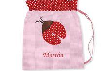 Turn- und Waschbeutel / Wir haben kleine Beutelchen entworfen, die als Turnbeutel genutzt werden können. Aber auch als kleiner Rucksack für Kindergartenkinder finden die tollen Beutel ihren Einsatz. Oder suchen Sie nach einem Wäschebeutel? Auch hierfür können Sie das Säckchen nutzen.
