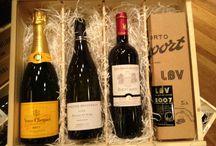 Wijn relatiegeschenken / Wijnkoperij Henri Bloem is sinds 1995 gevestigd in Amstelveen en is inmiddels uitgegroeid tot een wijnspeciaalzaak van allure. Onze Wijnkoperij wordt in deze regio inmiddels beschouwd als dé leverancier van kwaliteitswijnen en stijlvolle relatiegeschenken.  Ook het bezorgen van een geschenk aan uw relaties nemen wij u graag uit handen.  Wij zijn trots dat wij bedrijven zoals KLM, KPMG, Rabobank en Zwitserleven tot onze vaste klanten mogen rekenen.