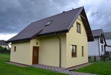 Projekt domu Francik / Projekt domu Francik to budynek jednorodzinny lub letniskowy. Łatwy i tani w budowie. Domek przykryto dwuspadowym dachem z jedną połacią przedłużoną, pod którą znajdują się: sień wejściowa i pomieszczenie gospodarcze.