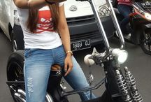 Gadis sepeda motor