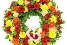 Coroane de flori / Categorie dedicata listarii aranjamentelor funerare de trimis la ceremonia de inmormantare, va oferim atat coroane si jerbe clasice romanesti, cat si aranjamente florale in forma de cruce, inima, realizate intr-un stil modern si din combinatii florale inedite.