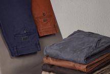 Chinos Herbst/Winter 2016 / Diesen Herbst/Winter 2016 überzeugen Chino-Hosen mit angesagten Winterfarben! Ob casual oder business, sie kann man zu beiden Styles tragen. Greift zu einem Slim-Fit Hemd, Glattleder-Schnürern und kombiniert dazu einen Wollmix-Mantel. So meistert Ihr die kalte Saison auf die elegante Art. Schaut bei uns im Onlineshop vorbei oder besucht uns im 3.OG und lasst Euch von den verschiedenen Herbst/Winter-Styles inspirieren! ► http://bit.ly/KONEN-Chinos-für-Herren-HW16