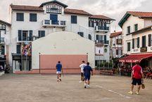 """Les Festives d'Ascain / DU SAMEDI 27 JUIN AU 13 AOÛT 2015  L'association Zilargia et la Mairie d'Ascain, vous proposent de découvrir le village d'Ascain, au travers """"des chemins de la Photographie"""". Un festival à ciel ouvert vous invite à parcourir les regards de 40 photographes professionnels et amateurs du monde entier avec des photographies  à l'extérieur et chez les commerçants."""