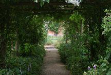Überdachter Gartenweg