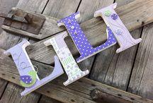 Egyedi betűk / Egyedileg díszített polisztirol habbetűk készítünk igény szerinti színvilág, egyéni/egyedi stílus jegyében.  A kezdőbetű 15cm magasak és a betűk szélessége 3cm.