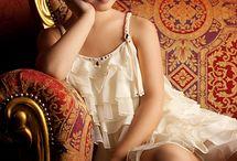 Jeune poupée attendant  calinoux  en  revant  tendrement