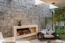 Especial Lareiras / Especial Lareiras - são diversos estilos e propostas para esquentar a decoração, trazendo conforto e aconchego para o lar. Veja o que separamos para você se esquecer do frio e se aquecer com tanta inspiração.  #decoração #lareiras #fireplace #lenha #decor #chimeneas #quente #fire #fogo #aquecer #dicasparaaquecer #semfrio #lareira #toplareiras #castelatto #castelato #castellato #pisos #revestimentos #revestimentosparalareira #parede #wall #paredeaquecida