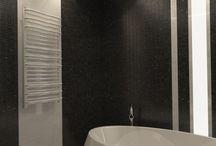 """Grzejnik LUX-GP / Biało-czarna łazienka nie musi być nudna. Odpowiednie dodatki oraz oświetlenie odmienią aranżację, nadając jej nowoczesny charakter, tak by biel i czerń współgrała z minimalistycznym wystrojem. Nowoczesne łazienki to czyste formy, oszczędne kolory i świetnej jakości materiały. Prezentujemy Wam łazienkę MODERN według projektu """"Larkviz"""", w której grzejnik LUX-GP zachwyca swoją filigranową lekkością i perfekcyjnie harmonizuje z architekturą tego wnętrza."""