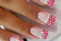 Decoraciones de uñas.