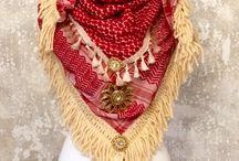 WI TA TE WITATE / Handgefertigte Schals, jeder Einzelne ein Unikat mit hochwertigen Materialien gefertigt. Inspiriert von allem, was mein Herz berührt und dem unvergleichlichen Hippie- und Bohemian-Style wird aus jedem Schal ein wahres Schmuckstück. Ich halte ständig Ausschau nach hochwertigen, exklusiven Materialien und handgefertigten Einzelstücken in Form von Applikationen. Ein echtsilberner Feder-Anhänger schmückt den Schal und ist dein persönlicher Talisman.