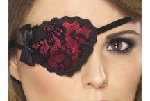 Maskit, naamarit ja silmikot / Erilaisilla maskeilla, naamareilla tai silmikoilla on helppoa täydentää naamiaisasuja ja sen lisäksi, että ne viimeistelevät tyylisi ne tuovat kasvoillesi myös hieman salaperäisyyden tuntua.