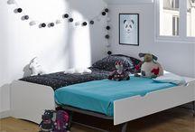 La Collection Twist / La #chambre #enfant TWIST comprend un #lit #gigogne avec sommier, une #table de chevet et une #commode avec 3 tiroirs. De couleur blanche, elle vous permet d'ajouter des touches de fantaisies avec une couette colorée, un tapis doux et des coussins aux tons vifs.