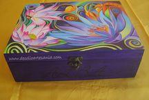 """CAJA """"FANTASÍA FLORAL"""". / Hoy voy a enseñaros esta caja que para mí ha sido un reto. Estuve varios días pensando cómo hacerla, por donde empezaría, preparando los colores. Tengo que confesar que me quito el sueño. Pero llego el día en que me relaje y me deje llevar, eso si durante varios días. Fue un regalo de Viviam a su hermana Alba por su cumpleaños. Las dos están encantadas y yo también."""