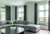 Zonnelux | Woonkamer / Na een dag werken is het heerlijk om op de bank te ploffen. Lekker bij de open haard met een glas wijn of voor de televisie. Ontspannen staat in de woonkamer centraal. Raamdecoratie heeft grote invloed op de sfeer. Hulp nodig bij het kiezen van de juiste raamdecoratie? Bezoek een dealer bij jou in de buurt: www.zonnelux.nl/contact/dealer-locator