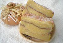 Ekcémásoknak, várandós kismamáknak / Kímélő Gondoskodás ekcémára – Shea-vajas, kecsketejes illatmentes szappan, 100 g Ez a natúr kecsketejes szappan Neked készült, ha:  - bőrbetegséggel, bőrirritációval küzdesz a mindennapokban - kerülöd az illatosított bőrápoló termékeket (pl. várandósság miatti émelygés) - vegyszermentesen tisztálkodsz és tudatos vásárló vagy (szeretnél takarékoskodni)  Ez a szappan nem tartalmaz illatanyagot, ezért kiemelkedően kíméli az irritációra hajlamos bőrt!