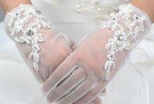 ウェディンググローブ(ショート) / ショートタイプのウェディンググローブの画像を集めました。キュートな花嫁スタイルにぴったりですね