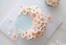 kremové ozdoby, kvetiny, torty