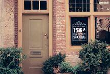 Adres raamtekeningen / Geen saai huisnummer- en naambordje maar een vrolijke, gepersonaliseerde raamtekening! Wedden dat je buren het ook willen?