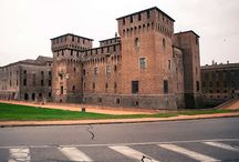 I segreti dei borghi italiani / La grande bellezza si nasconde nei vicoli di piccoli paesi all'ombra di gerani, cortili e ritmi antichi.