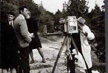 ΚΩΣΤΑΣ ΜΠΑΛΑΦΑΣ / Εκ των κορυφαίων εκπροσώνπων της ελληνικής φωτογραφίας.Γεννήθηκε στην Κυψέλη της Άρτας το 1920.Σε ηλΙκία δέκα ετών μετακόμισε στην Αθήνα,όπου δούλευε το πρωί και πήγαινε σχολείο το βράδυ,την πρώτη του φωτογραφία την τράβηξε σε ηλικία 11ετών..Επί έξι δεκαετίε(1939-2000)κατέγραψε με πάθος και συνέπεια τον μόχθο και τον αγώνα επιβίωσης του έλληνα στην ύπαιθρο, την καθημερινή ζωή του μεταπολεμικού ανθρώπου σε βαρύ κλίμα,με ομίχλη και σύννεφα.