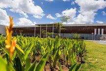 FCA, Communication Center, Brasile / FCA, Communication Center, Goiana (Brazil). Superficie 15.000 mq.  4.4 milioni di mq. Il nuovo e più vasto insediamento FCA del Brasile, costruito su green field, nasce da una strategia insediativa di riequilibrio tra comparti produttivi, ambiti di socialità e sfera ambientale, in un'area prevalentemente agricola e basata sulla coltivazione della canna da zucchero.  Progetto finalista al concorso The Plan Award 2015, presentato durante la rassegna Perspective.