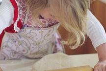 Børn i køkkenet / Køkkenet er husets hjerte. Her samles familien og her skal der være plads til udfoldelse.