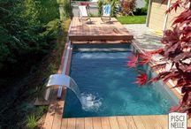 Terrasse mobile de piscine / A la fois terrasse mobile et organe de sécurité, le Rolling Deck Piscinelle vient se positionner avec la plus grande facilité au-dessus du bassin ou dans sa continuité.