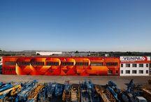 #RENTALCHIC / Quest'anno Alessandro Ferri in arte DADO, writer bolognese di fama internazionale, ha realizzato per Venpa un maxi murales sulla parete che si affaccia sull'autostrada A4, tratto Dolo-Padova, in occasione dell'evento #RENTALCHIC