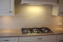 Natuursteen stroken / Een Brugman keuken betegeld met natuursteen stroken, Door Tegelzettersbedrijf J van Loenen voor M plus montage in Schiedam.