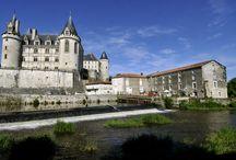 La Rochefoucauld / La Rochefoucauld, village étape, est une commune du sud-ouest de la France, située dans le département de la Charente (région Poitou-Charentes). Elle est connue pour son château Renaissance, appelée la « perle de l'Angoumois ».