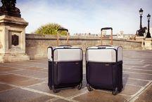 Zachte koffers / Ga je vaak op reis met de auto, bus of met de trein? Dan raden wij je aan om een zachte koffer te nemen. Deze schaal is flexibeler dan de harde schaal van een harde koffer. De zachte schaal geeft iets mee wanneer je de koffer samen met andere bagage in het ruim of kofferbak opbergt. Daarnaast heeft de koffer vaak verschillende voorvakken, waardoor je eenvoudig bij je belangrijkste persoonlijke benodigdheden kunt komen. Een zachte koffer is tevens zeer licht in gewicht.