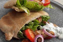 Pita  alverdens  pita  dansk tekst / Pita  lille fladt, rundt og hult brød der som regel skæres op og fyldes med fx kød og grøntsager stammer fra Mellemøsten og serveres ofte som fastfood