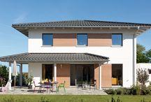 Fenstergestaltung / Die Architektursprache eines Hauses wird maßgeblich von den Fensterproportionen und der Fensteranordnung geprägt. Ein ebenso wichtiges Gestaltungsmerkmal ist die Farbgebung: wir bieten schlichtes Weiß als Kunststoff- oder Holzfenster, Echtholzfenster in vielen Farbnuancen, aber auch Holz-/Alukombinationen.  Selbstverständlich werden zeitgemäße Verschattungsmöglichkeiten wie Markisen, Rollläden, Schiebeläden und Außenjalousien angeboten.