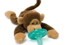 WubbaNub / Knuffelen en sabbelen tegelijk met de meest populaire speen uit de Verenigde Staten! De WubbaNub is een zachte knuffel en een speen in één. De speen blijft goed in het mondje zitten en het knuffeltje is zo ontworpen dat hij perfect op het borstje van je baby blijft liggen. Hierdoor raakt de baby zijn speentje niet snel kwijt. De WubbaNub is een schattig vriendje voor je baby en zal hem of haar vele nachten troosten!