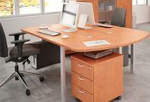 Svenbox Meble / Systemowe meble biurowe dedykowane zarówno do firm prywatnych jak i instytucji publicznych. Systemy pozwalają na wybór mebli z płyty, jak również na stelażach metalowych. Typowe elementy zestawów to biurka pracownicze i recepcyjne, szafy biurowe z drzwiami drewnianymi, z zamkiem, lub bez, regały z nadstawkami i mobilne kontenerki biurowe. Kolorem wiodącym jest calvados, ale dostępne są także meble w kolorze olcha, albo buk.