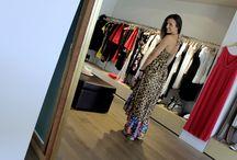 Bon Bon - Formentera / Per questo outfit Alle Ally indossa un abito in viscosa animalier e fiori. Stivale SHEE by Twin-Set.