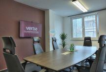 Verba Technologies - Az Év Irodája 2013 jelölt / A Verba Techologies eredetileg magyar alapítású, mára már nemzetközi hírnevet szerző szoftvercég. 13 évvel ezelőtt egyetemi diákok körében született gondolat köré épült fel a cég, mely mára olyan nagy sikernek örvend, hogy 45 országban használják telefonbeszélgetés-rögzítő rendszereiket.