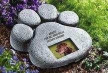 Cimitero animali - Pet Cemetery / Est Sine Die progetta e produce  #urne cinerarie #biodegradabili e bare per #animali da compagnia. Est Sine Die designs and manufactures #biodegradable #cremains urns and coffins for pets.