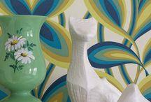 Little Greene Tapeten / Little Greene ist ein unabhängiger britischer Farben- und Tapetenhersteller. Das Werk am Rand von Manchester ist einer der traditionsreichsten Industriestandorte für die Produktion von Farben in England. Viele Tapeten von Little Greene lassen Designs wieder auferstehen, die lange in Archiven vor sich hin schlummerten. Sie werden mit speziellen Druckverfahren und auf hochwertigen Papieren hergestellt. In der aktuellen Retro-Kollektion kehren Designs der 1950er- und 1960er-Jahre zurück.