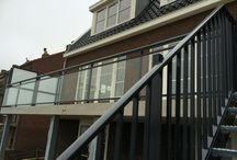 Rivierdijk te Sliedrecht / In opdracht van Aannemersbedrijf Bot & van der Ham B.V. deze glashekken, privacy schermen en traphekwerk geplaatst op de Rivierdijk te Sliedrecht